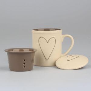 Ručně zdobený béžový keramický hrnek se sítkem na čaj Dakls Heart, 325 ml
