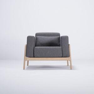 Křeslo s konstrukcí z dubového dřeva s tmavě šedým textilním sedákem Gazzda Fawn